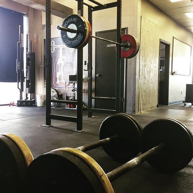 Find your weak links then do something each day to improve. 5x3 Front Squat & 10x40m Fat Bar Goernor Stroll @ 100 # per Hand. // // ? @horsepowerandbarbells