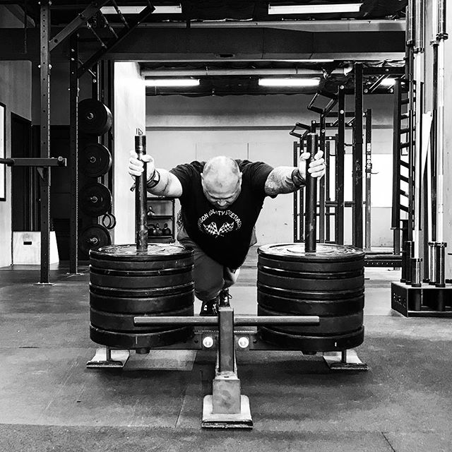 New week, New Challenge. Put the blinders on and see nothing but what needs to be done to bring you closer to your goal. Got the gym goin' up on a Tuesday. // // 📸 @horsepowerandbarbells