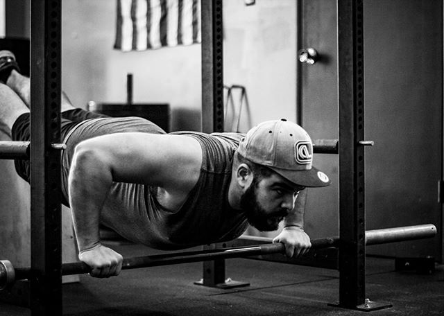 Always be looking for ways to progress in your training. Nothing beats consistency and hard work, but adding more variation to your lexicon is always a positive. // // 📸 @horsepowerandbarbells