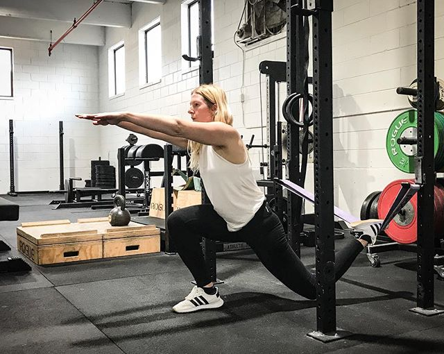 Split Squats work well for strengthening the hips. Single Leg movements are an excellent modality for injury proofing. Adding a band at the appropriate height underneath the trail leg helps reduce any chance of impingement as the hips are loaded. // // 📸 @horsepowerandbarbells