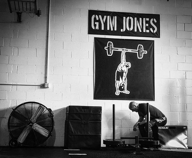 Most of us have to work harder and smarter. There's no such thing as a bad day in the gym. All the work gets poured into the sweat bank. // // 📸 @horsepowerandbarbells
